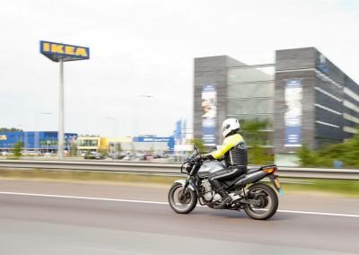 het motorrijden op de snelweg